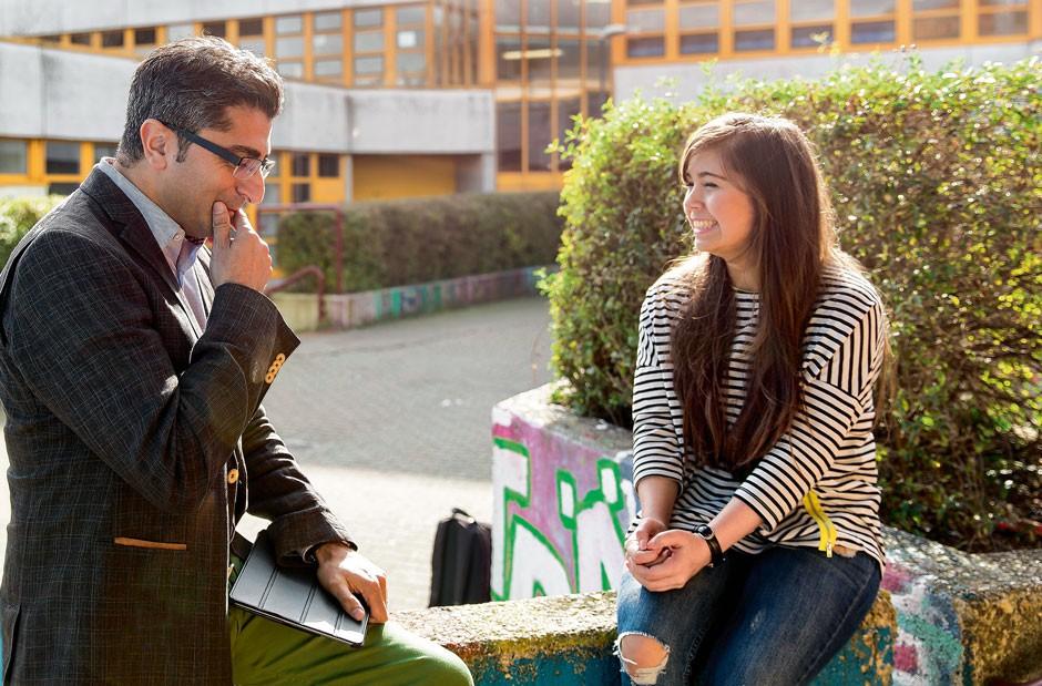 Türöffner: Schülerin Alisea möchte  International Business studieren – Schüler- berater Yilmaz stellt den Informationsaustausch mit einer Studentin her