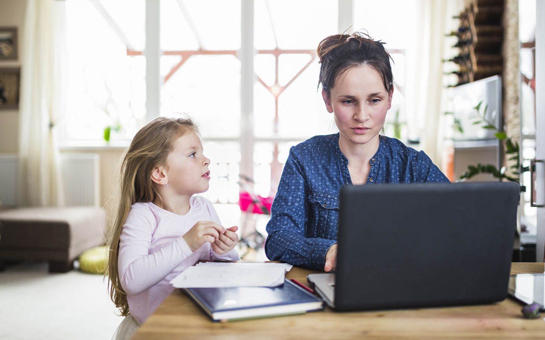 Lehrerin mit Kindern im Homeoffice – Magazin SCHULE