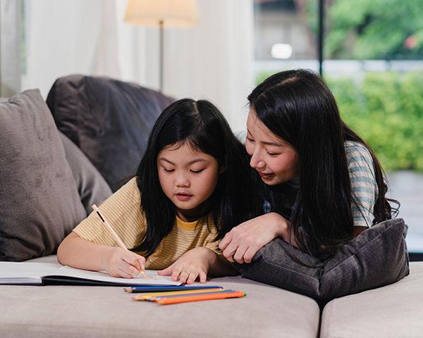 Kind auf Sofa – Lernen im Winter – Magazin SCHULE