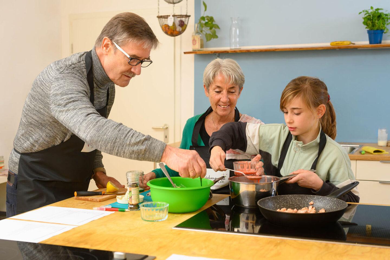 """""""Die Küchenpartie mit peb"""": Generationen kochen gemeinsam"""